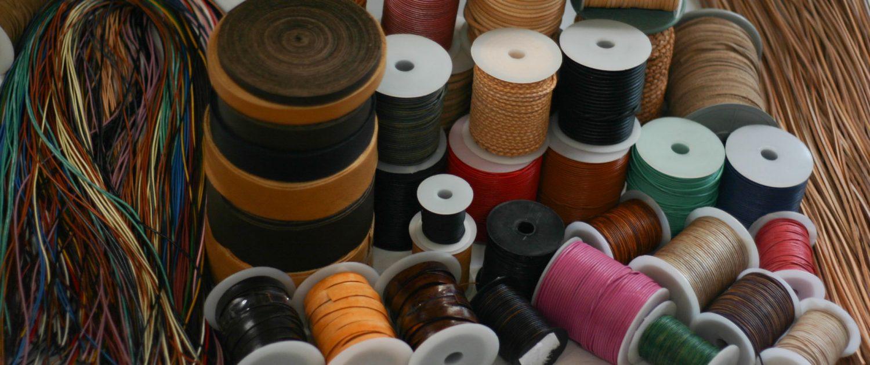 verschiedene Lederbänder wie zum Beispiel Einfassbänder, Rundlederbänder, Vierkantriemen, Fahllederriemen und Flechtbänder