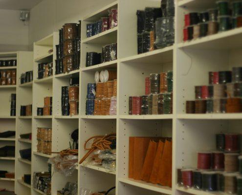 Lederbänder in verschiedenen Farben im Regal